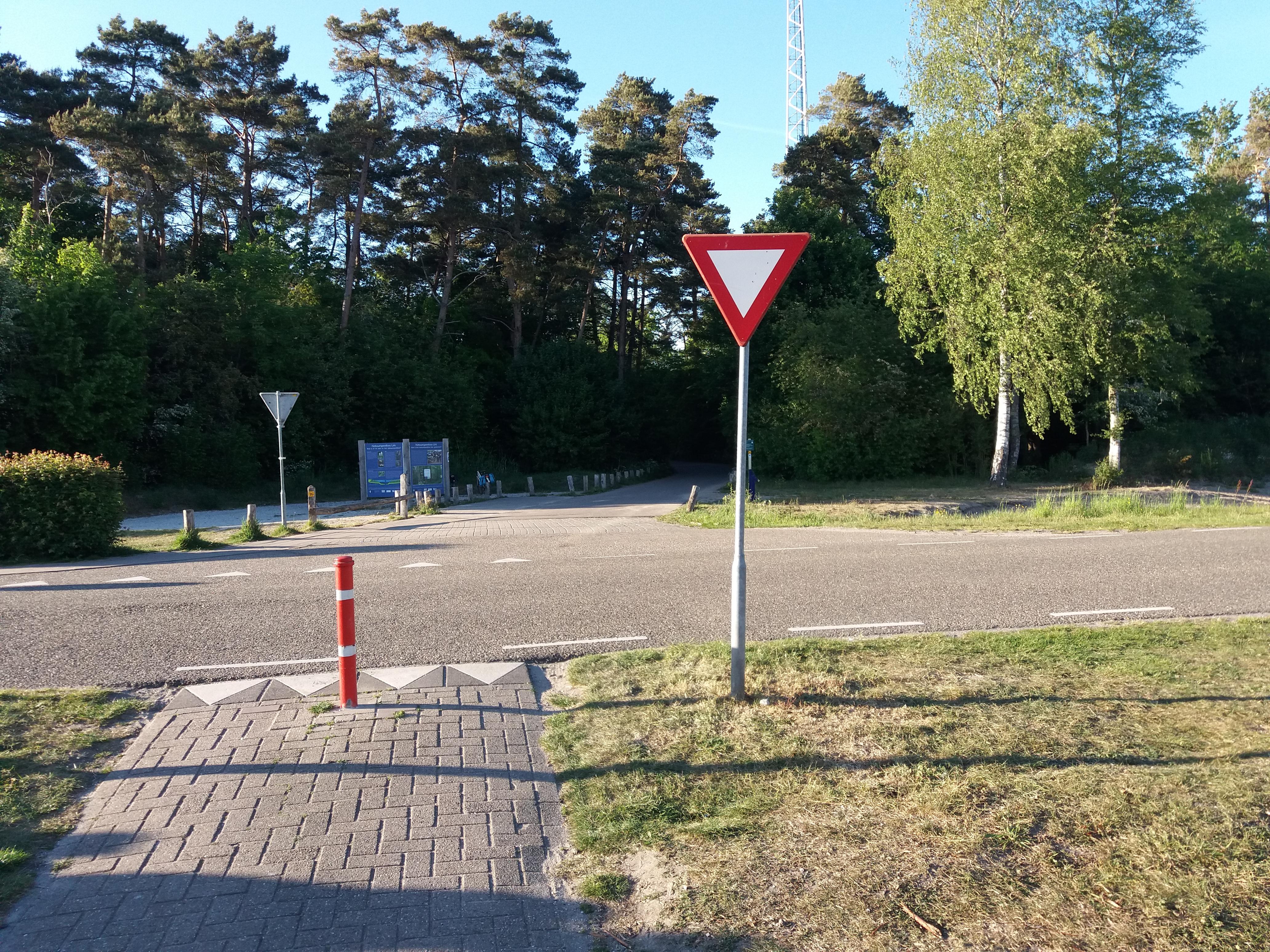 Hier is de ingang van het moutain bike pad. Voor mensen in Urk.